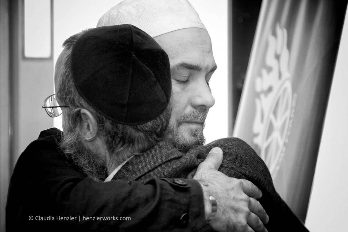 """Brotherhood/Reconciliation"", Imam & Rabbi, Umarmung in Haifa, Israel, 2009"